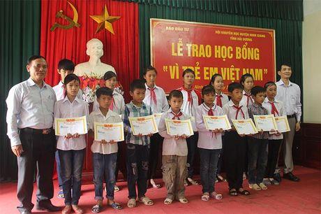 Bao Dau tu trao 50 suat hoc bong 'Vi tre em Viet Nam' tai Hai Duong - Anh 2