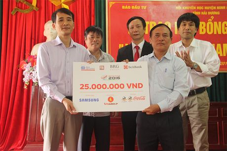 Bao Dau tu trao 50 suat hoc bong 'Vi tre em Viet Nam' tai Hai Duong - Anh 3