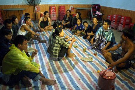 Mua lu o Mien Trung: Ha Tinh ngap sau trong bien nuoc - Anh 9