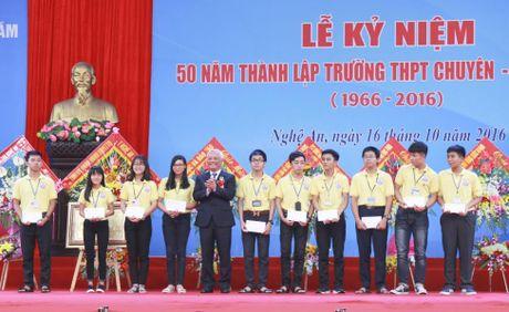 Thu truong Nguyen Thi Nghia trao bang khen cho truong THPT chuyen DH Vinh - Anh 2