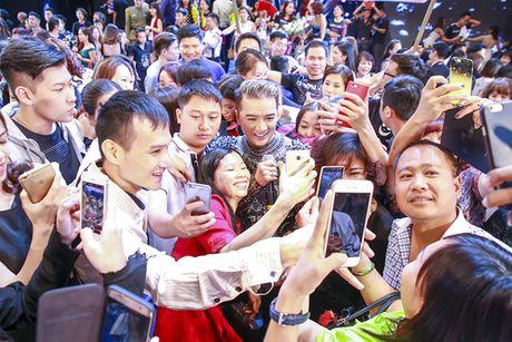 Nguoi khong dau, giuong lo lung xuat hien trong liveshow Mr Dam - Anh 13