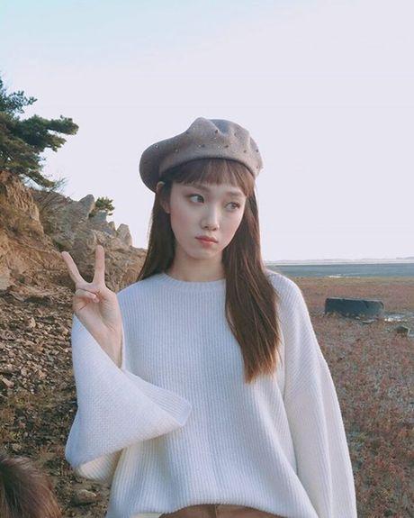 Sao Han 16/10: Kim So Hyun doi vong hoa xinh yeu, AOA khoe chan thon - Anh 5