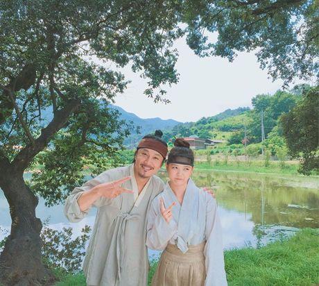 Sao Han 16/10: Kim So Hyun doi vong hoa xinh yeu, AOA khoe chan thon - Anh 8