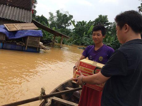 Nuoc sach va mi goi theo thuyen den nguoi dan vung lu Ha Tinh - Anh 7