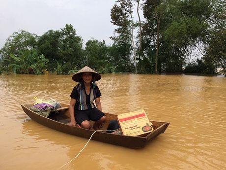 Nuoc sach va mi goi theo thuyen den nguoi dan vung lu Ha Tinh - Anh 9