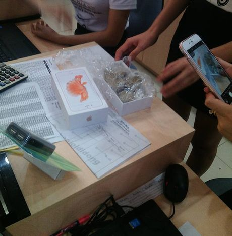 Trong hop iPhone 6S chinh hang nguyen seal chi co ... da - Anh 1