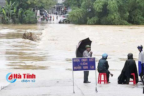 Hang ngan ho dan Ha Tinh van dang bi co lap - Anh 10