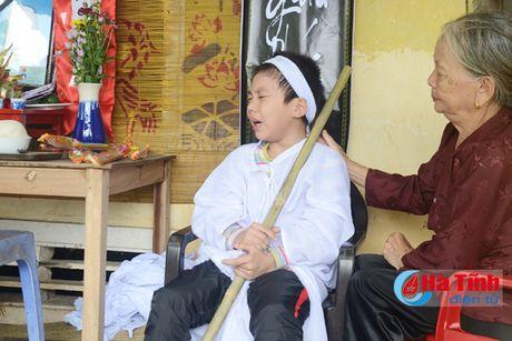 Xot thuong nguoi me tre duoi nuoc do lat thuyen trong dong lu - Anh 1