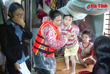 Xot thuong nguoi me tre duoi nuoc do lat thuyen trong dong lu - Anh 2