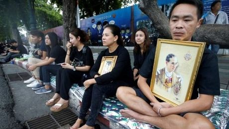 Cong chuc Thai Lan mac do mau gi khi di lam trong 1 nam quoc tang nha vua? - Anh 1
