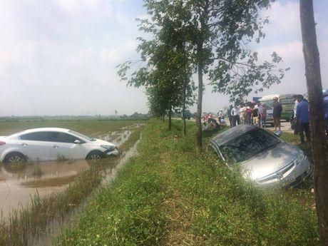 Nam Dan: 2 xe hop chay toc do cao cung nhau 'loi' ruong - Anh 3
