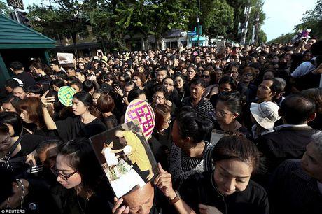 Thai Lan ban het sach quan ao mau den khi ca nuoc dang de tang Quoc vuong Bhumibol - Anh 1