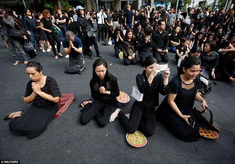 Thai Lan ban het sach quan ao mau den khi ca nuoc dang de tang Quoc vuong Bhumibol - Anh 2