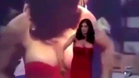 10 clip nong: Cap doi hon nhau say dam va tai hoa bat ngo - Anh 1