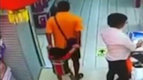 10 clip nong: Cap doi hon nhau say dam va tai hoa bat ngo - Anh 7