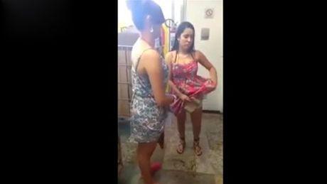 10 clip nong: Cap doi hon nhau say dam va tai hoa bat ngo - Anh 8