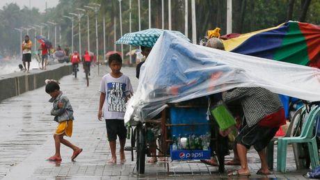Bao Sarika can quet Philippines: 2 nguoi chet, hang ngan nguoi bi co lap - Anh 1