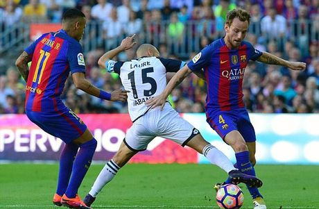 Messi chi mat bon phut de ghi ban, Barca dai thang Deportivo - Anh 2