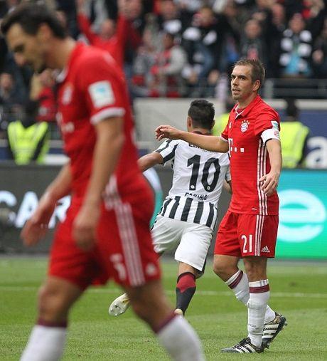 Mueller do ca mau, Bayern Munich van chia diem that vong - Anh 2