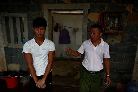 Anh cong nhan xay dung Trung Quoc khoe co bung 6 mui - Anh 1
