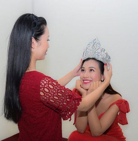 A hau Hoang Oanh bong hoa 'Hoa hau Ao lang' - Anh 1