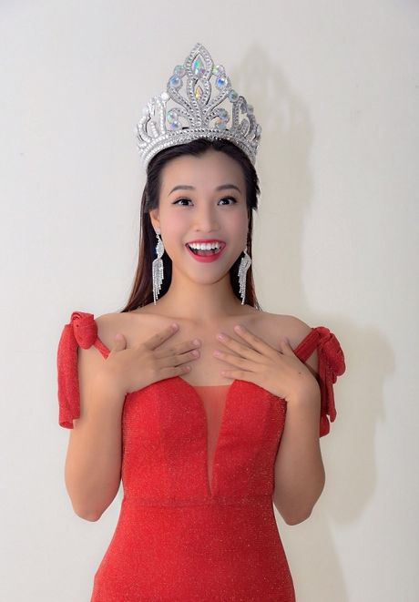 A hau Hoang Oanh bong hoa 'Hoa hau Ao lang' - Anh 2