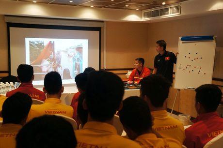 U.19 Viet Nam xem canh mien Trung chiu lu truoc gio quyet dau UAE - Anh 3