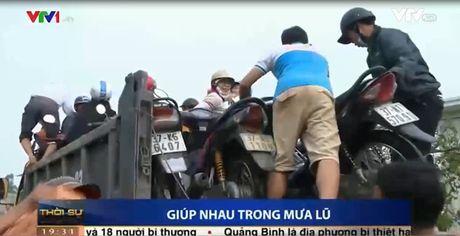 Clip: Ba con mien Trung san se, giup nhau trong mua lu - Anh 1