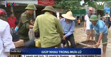 Clip: Ba con mien Trung san se, giup nhau trong mua lu - Anh 2