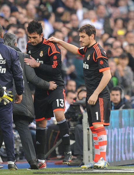 Ghi ban xong, Ronaldo thanh thoi dung 'choc que' doi thu - Anh 2