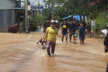 Dong Nai: Hon 2.000 hoc sinh nghi hoc do nuoc lu dang cao - Anh 1