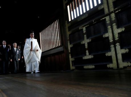 Han Quoc quan ngai vi lanh dao Nhat gui do le toi den Yasukuni - Anh 1