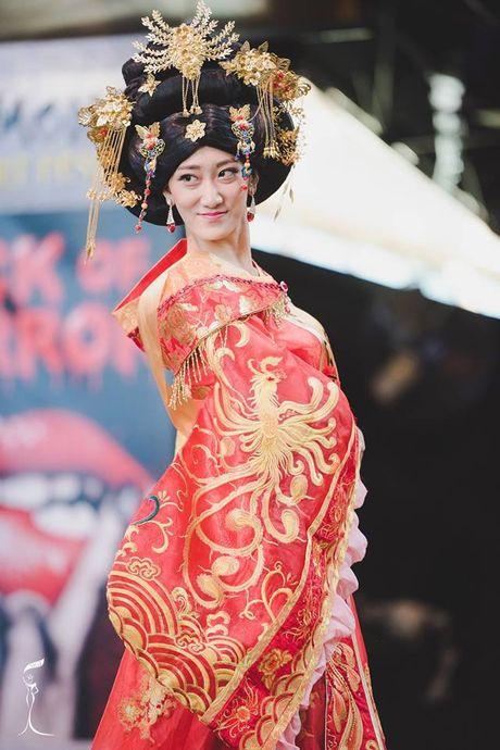 Soc voi Hoa hau Trung Quoc mat gia nhan - Anh 1