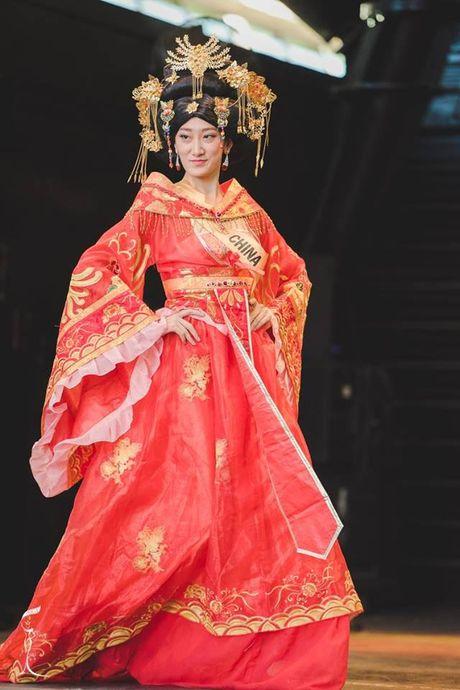 Soc voi Hoa hau Trung Quoc mat gia nhan - Anh 2