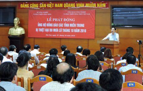 Bo NNPTNT ung ho hon 400 trieu dong dau tien cho dong bao vung lu - Anh 1