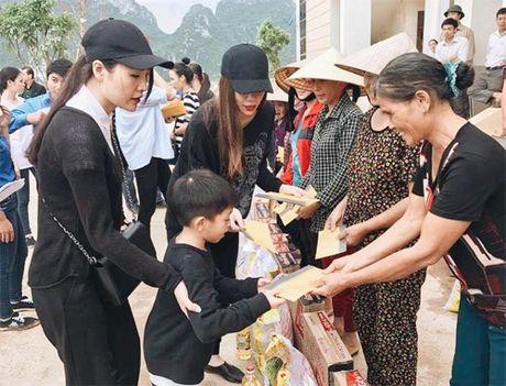 Ba con vung lu Quang Binh xuc dong om chat Ha Ho - Anh 1