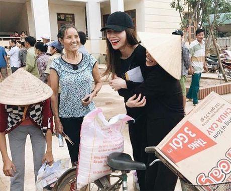 Ba con vung lu Quang Binh xuc dong om chat Ha Ho - Anh 2