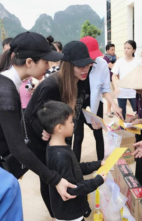 Ba con vung lu Quang Binh xuc dong om chat Ha Ho - Anh 5