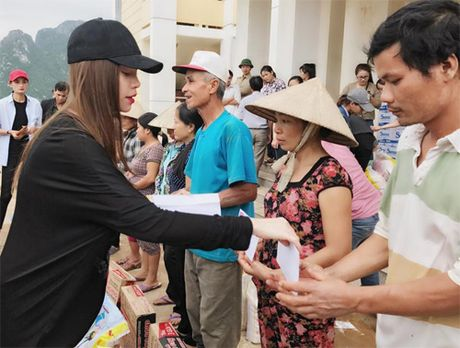Ba con vung lu Quang Binh xuc dong om chat Ha Ho - Anh 6