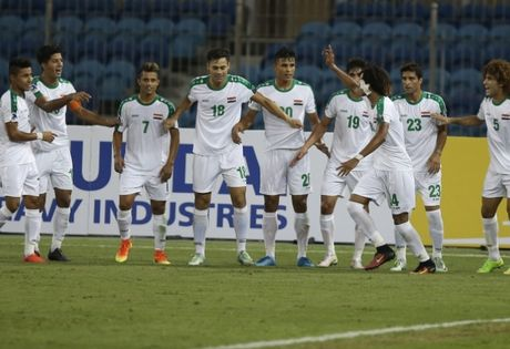 HLV Hoang Anh Tuan 'nghi' U19 Iraq… gian lan tuoi - Anh 1