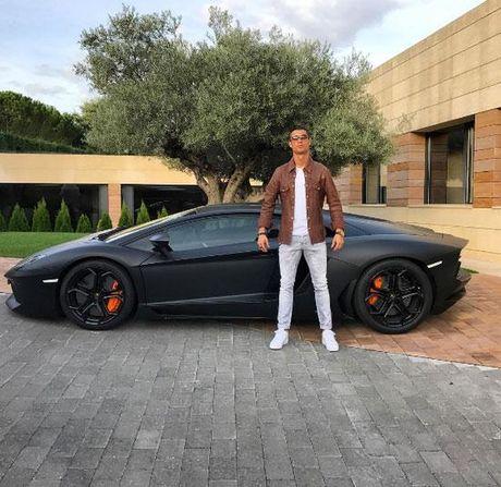 Cong dong mang troll Ronaldo di cho bang sieu xe - Anh 1