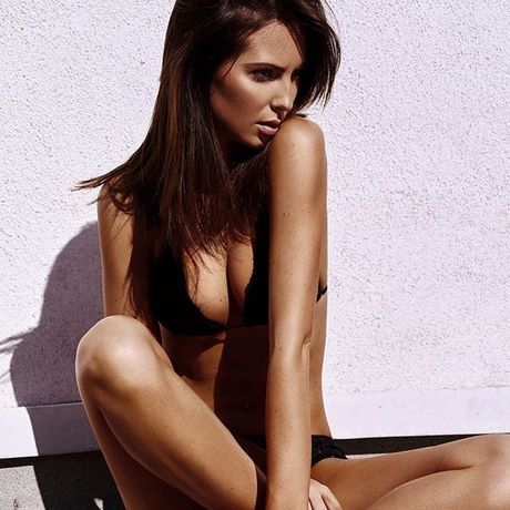 Ban gai tay dua F1 Jenson Button khoe do bikini nhu goi moi - Anh 2