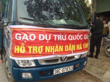 Xe cho 'gao…ho tro nhan dan Ha Tinh' thuoc Cong ty Luong thuc - Anh 1