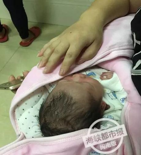 Thuong tam: Be so sinh con nguyen day ron bi bo roi trong thung rac - Anh 1