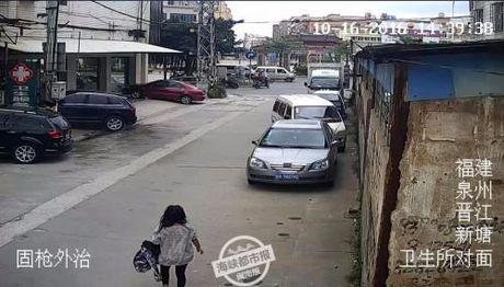 Thuong tam: Be so sinh con nguyen day ron bi bo roi trong thung rac - Anh 4