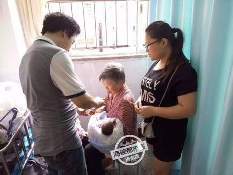 Thuong tam: Be so sinh con nguyen day ron bi bo roi trong thung rac - Anh 7