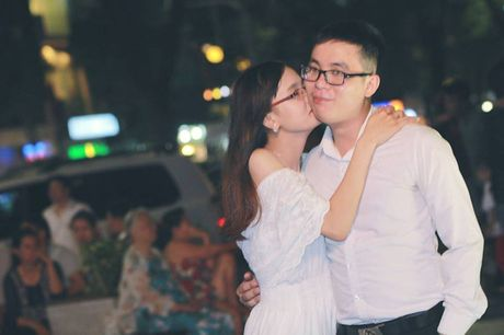 Xuc dong canh vo ngoi lam cho tua cho chong tren giuong benh - Anh 2