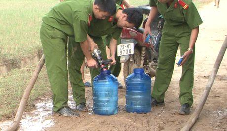 Cong an tinh Quang Binh dung xe chua chay cho nuoc sach cap cho nguoi dan vung lu - Anh 2