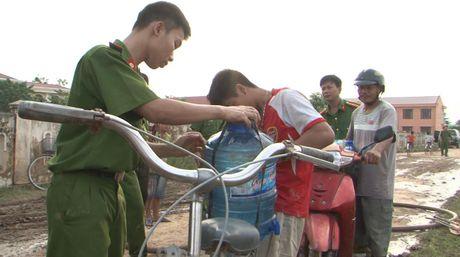 Cong an tinh Quang Binh dung xe chua chay cho nuoc sach cap cho nguoi dan vung lu - Anh 3