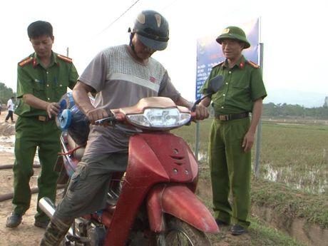 Cong an tinh Quang Binh dung xe chua chay cho nuoc sach cap cho nguoi dan vung lu - Anh 4